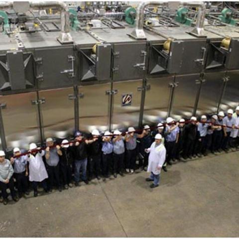Торжественной церемонии разрезания ленты на заводе Акана в Канаде